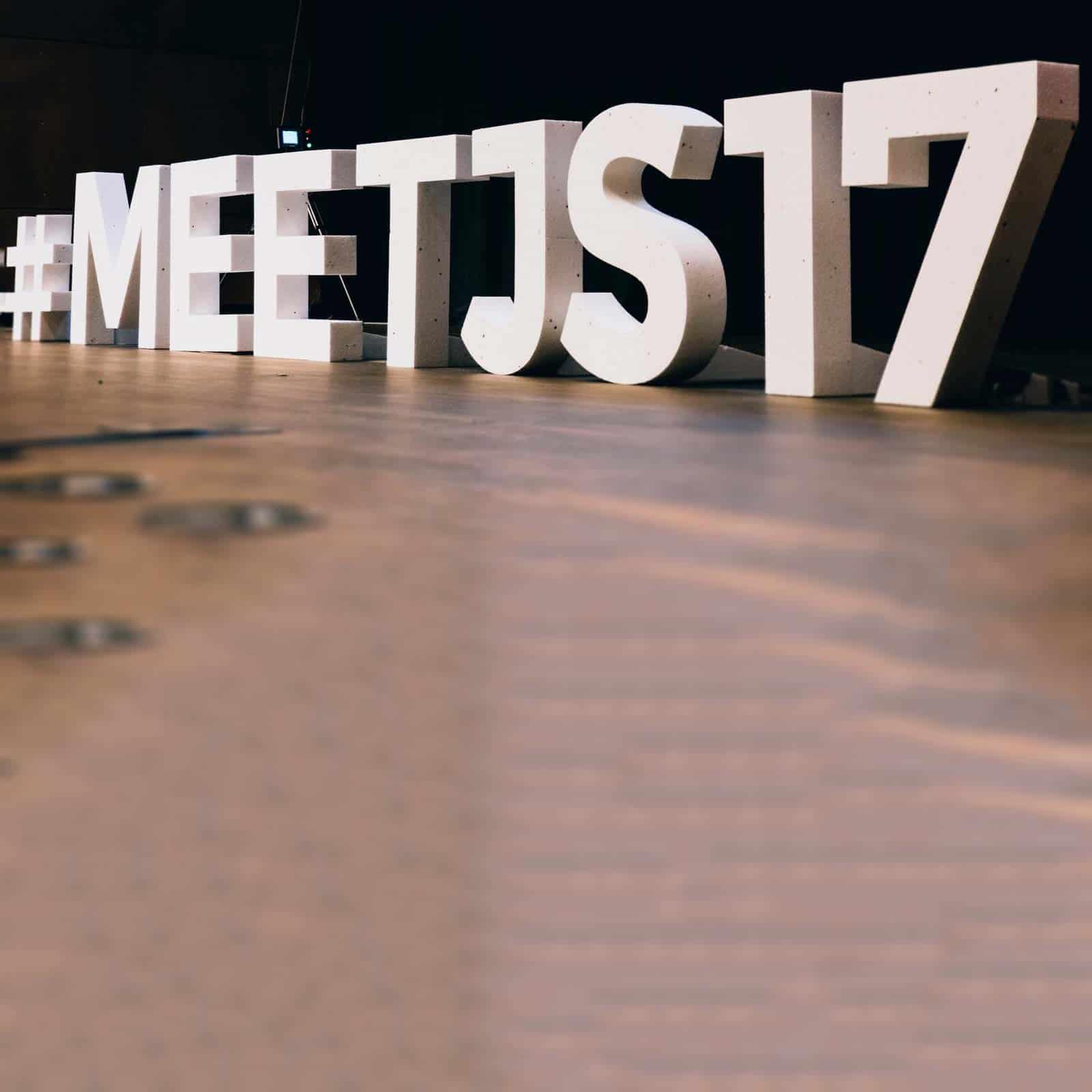 Napis #meetjs17 na scenie