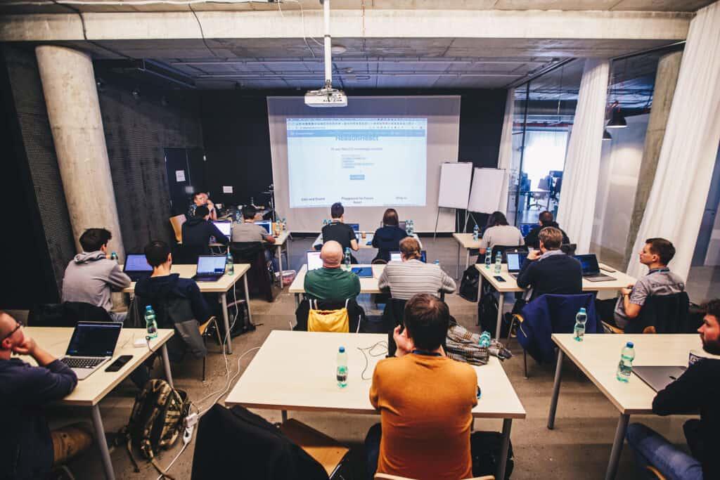 Zdjęcie sali pełnej ludzi nawarsztacie Michała Miszczyszyna zReasonML